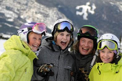 Alpine skiing in Hafjell, people laughing